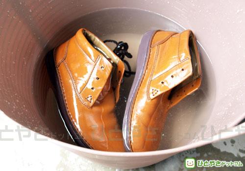 水でカビと石鹸を洗い落とす