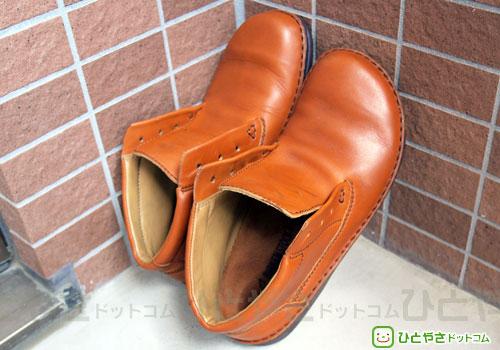 革靴を日陰で乾かす