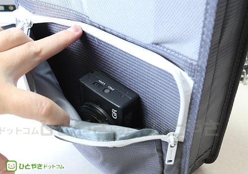 ジップ付きのポケットにはデジカメ(Ricoh GR)が楽々収納